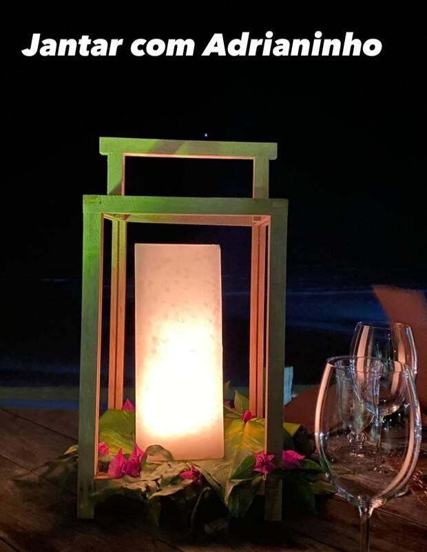 À beira mar, Eliana curte jantar a luz de velas com o marido, Adriano Ricco (Foto: Reprodução/Instagram)