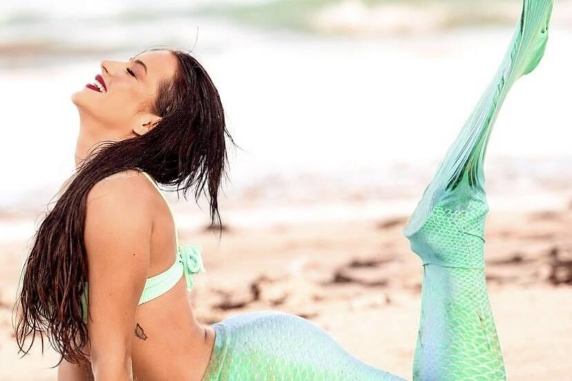 """Gabi Martins posa com cauda de sereia: """"Já caíram nesse canto?"""""""