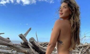 Ivy Moraes posa fazendo topless durante viagem ao Ceará