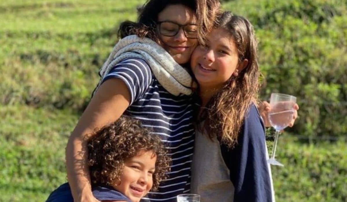 Dira Paes posta clique ao lado dos filhos: 'melhor abraço do mundo'