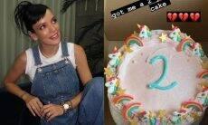 Lily Allen celebra dois anos sóbria de bebidas e drogas com bolo