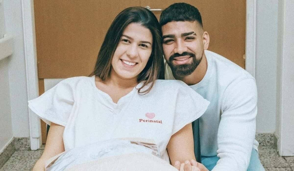 Dilsinho posa com a esposa em maternidade e celebra: 'vem filha'