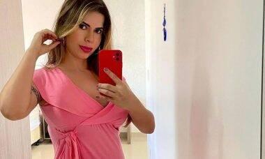 Cacau Colucci posa exibindo a barriga de sete meses de gravidez