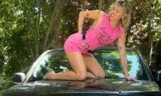 Miley Cyrus posa em ensaio de fotos ousado em cima do carro de seu pai