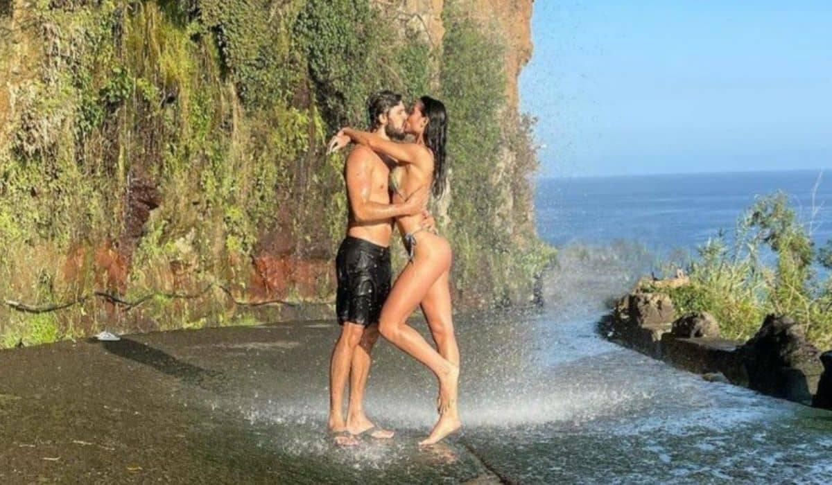 Daniel Rocha curte cachoeira com a namorada e posta semi nude