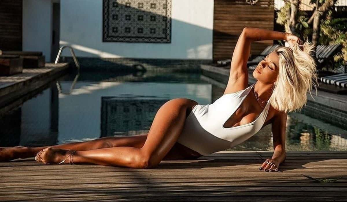 Brunna Gonçalves posa de maiô na beira da piscina e impressiona fãs