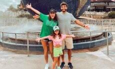 Deborah Secco curte parque em Orlando com marido e filha: 'feliz'