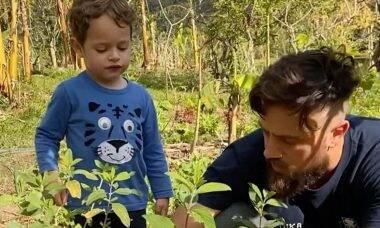 Mari Bridi posta vídeo fofo de Rafael Cardoso plantando com o filho