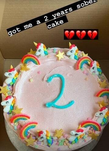 Lily Allen celebra dois anos sóbria de bebidas e drogas com bolo (Foto: Reprodução/Instagram)