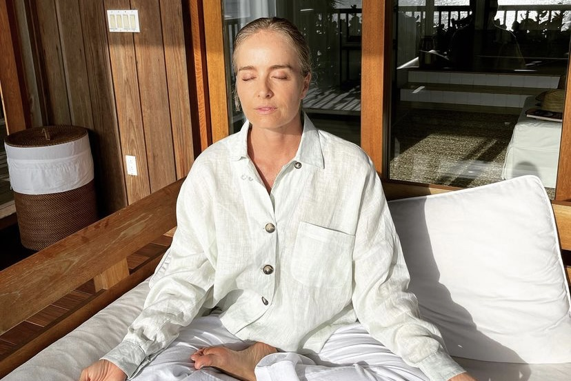 """Angélica faz meditação e fala sobre a prática: """"A melhor saída é para dentro"""""""