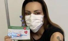 """Cleo se vacina contra a Covid-19 após se casar: """"Vacina sim"""""""