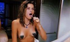 """Isabeli Fontana posta foto topless e confessa: """"Não consigo me achar gostosa"""""""