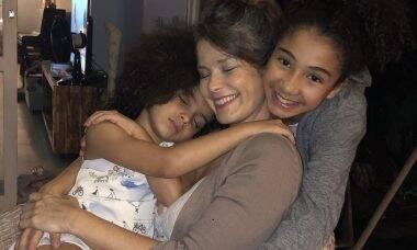 Samara Felippo se emociona por não poder abraçar as filhas, que estão com Covid-19
