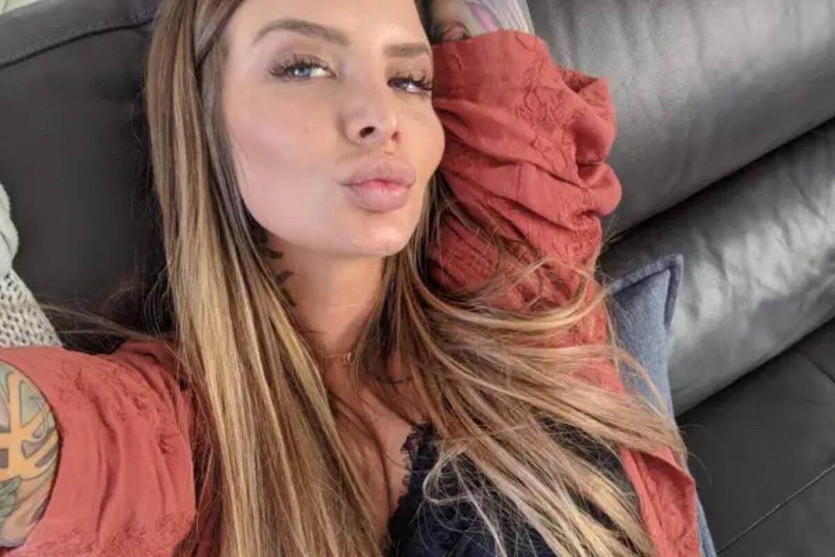 Ex-estrela do OnlyFans com duas vaginas e dois úteros dá à luz ao primeiro filho