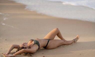 Carol Portaluppi deixa fãs sem fôlego com cliques de ensaio na praia