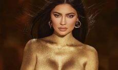 Kylie Jenner faz topless pintada de dourado para seu aniversário de 24 anos