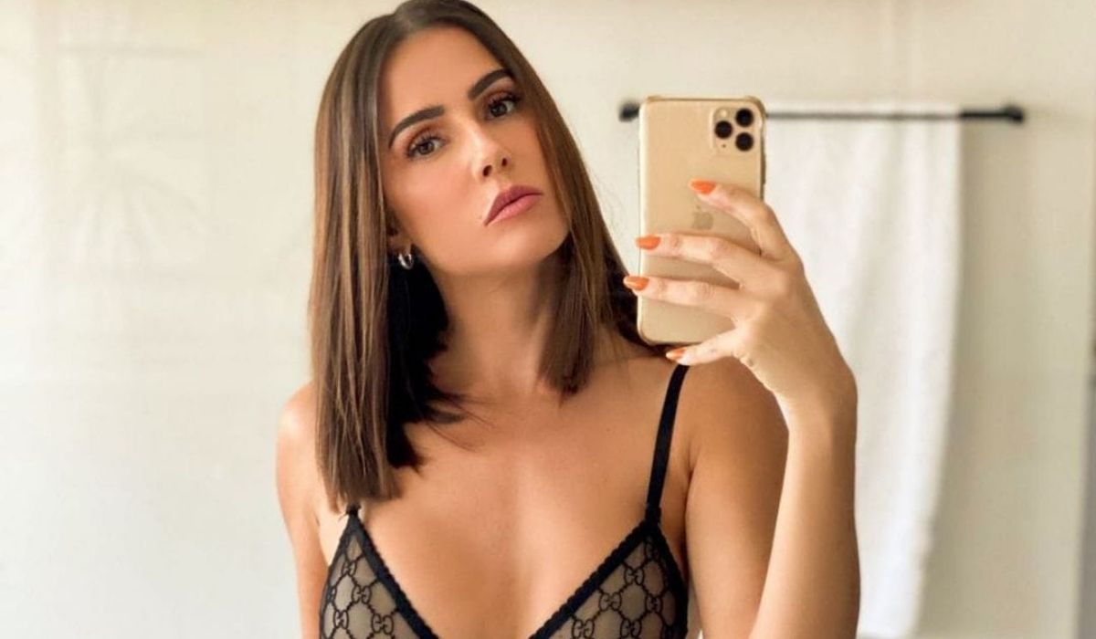 Deborah Secco posa de sutiã em frente ao espelho