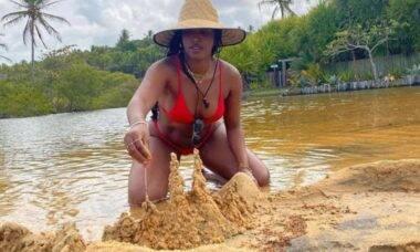 IZA posta clique com castelo de areia e brinca com letra de sua música
