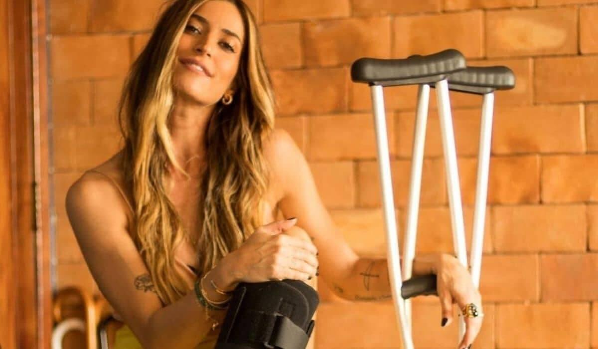 Maria Joana surge de muletas após cirurgia: 'minha nova parceira'