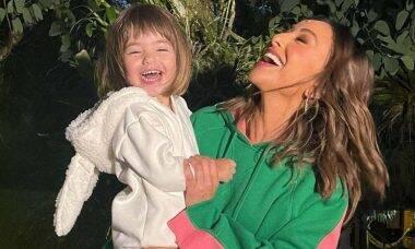Sabrina Sato se derrete pela filha em clique na praia: 'amo essa carinha'