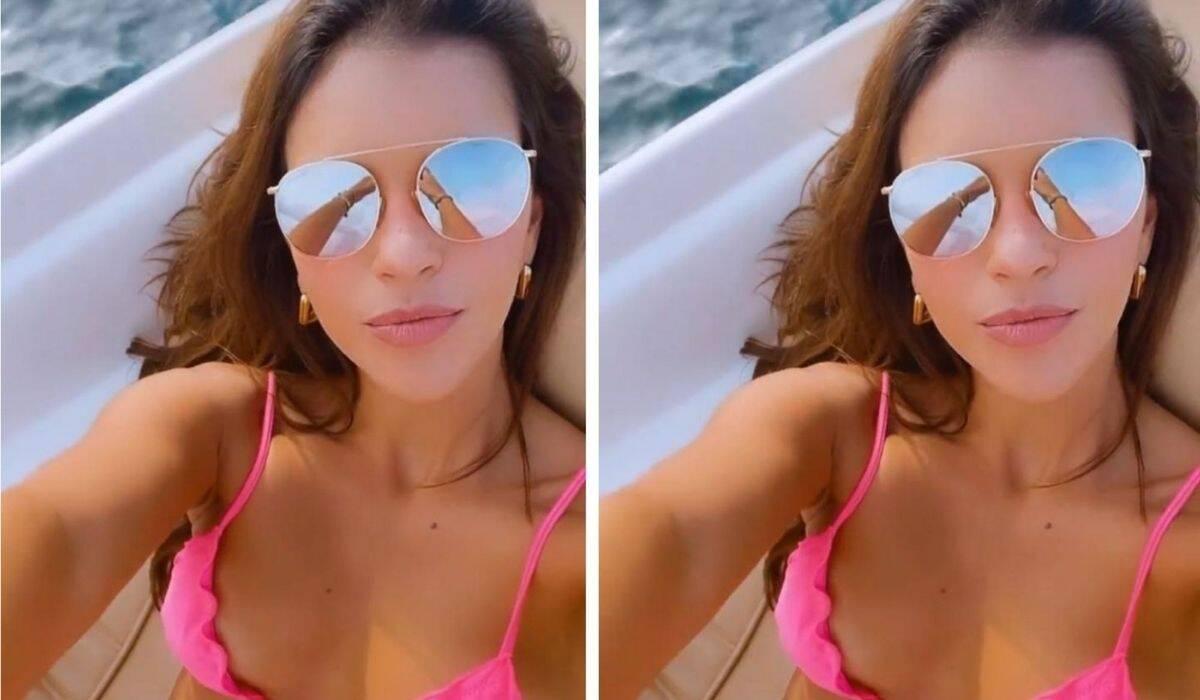 Mariana Rios posa em passeio de barco usando biquíni pink e óculos