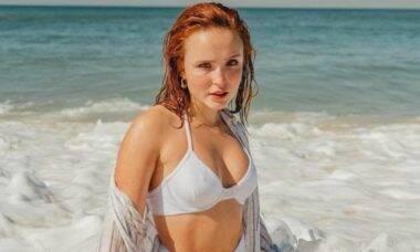 Larissa Manoela posa de biquíni em cliques na praia: 'alma lavada'