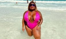 Jojo Todynho posa de maiô rosa pink decotado em praia de Cancún