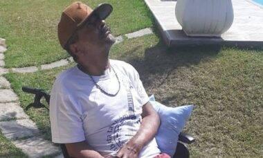 Arlindo Cruz posa em clique raro tomando sol: 'recebendo boas energias'