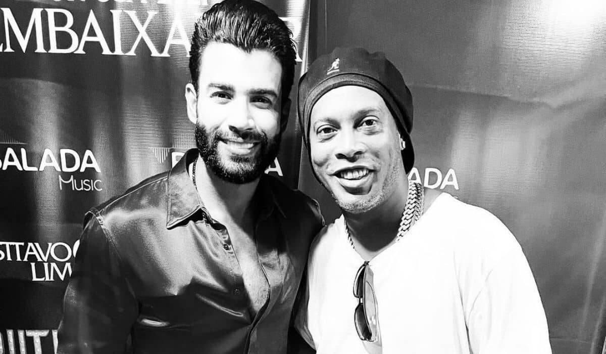 Gusttavo Lima posa com Ronaldinho Gaúcho em Miami: 'que honra'