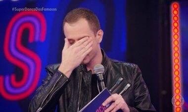 Tiago Leifert se emociona no fim da Super Dança dos Famosos: 'meu beijo final a você, Faustão'