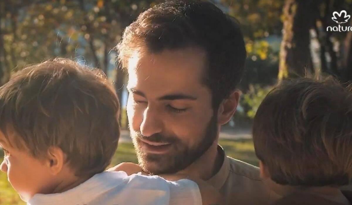 'Experiência linda e desafiadora', diz Thales Bretas sobre paternidade sem Paulo Gustavo