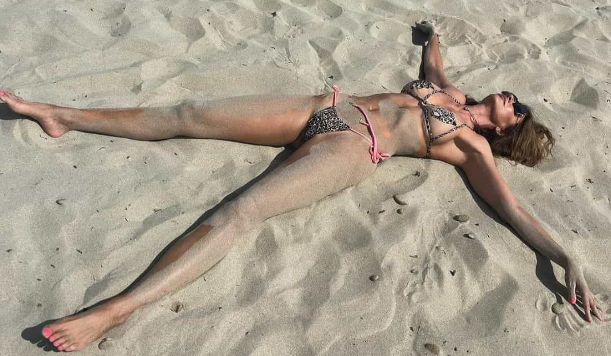 Luciana Gimenez lamenta fim das férias com clique divertido na areia