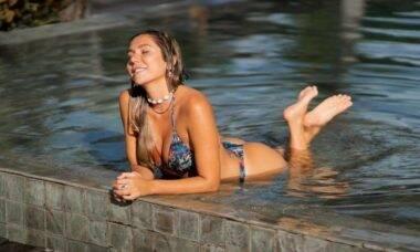 Carolina Portaluppi posa na piscina em viagem à Bahia: 'um peixinho'