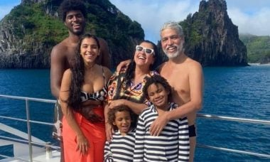 Regina Casé curte viagem de férias em família em Fernando de Noronha