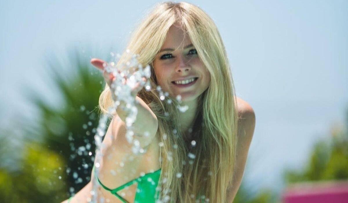 Avril Lavigne posta cliques raros de biquíni e encanta os fãs