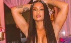 MC Rebecca posa de topless e ganha elogios dos fãs: 'deusa grega'