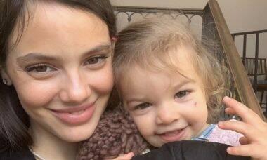 """Laura Neiva sobre desmame da filha: """"Difícil tomar a decisão"""""""