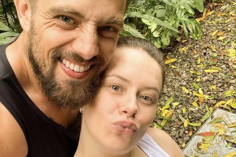 """Mari Bridi posta selfie com Rafael Cardoso e brinca: """"Ele mostrando o braço malhado"""""""