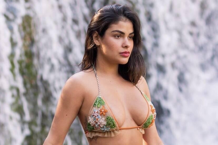 """Munik Nunes relata ruptura de implante na mama direita: """"Está maior e mais dura"""""""
