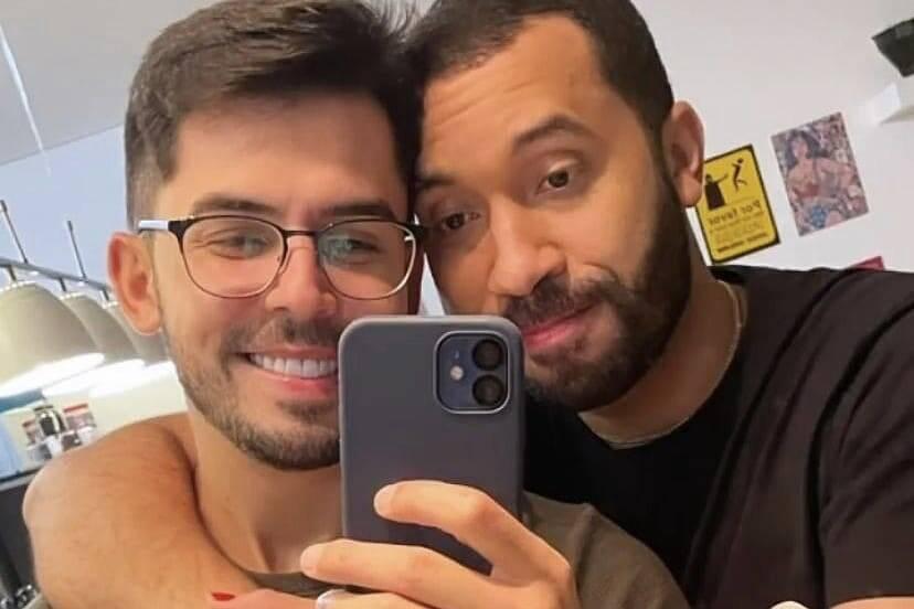 """Namorado de Gil do Vigor posta foto com ele: """"Já posso começar a sentir saudade?"""""""