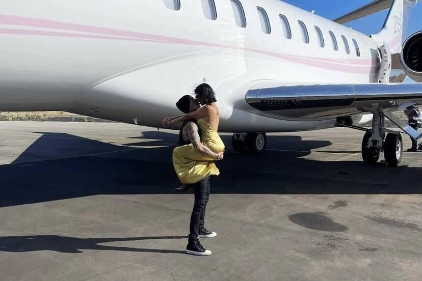 Travis Barker viaja de avião pela primeira vez em 13 anos e agradece Kourtney Kardashian