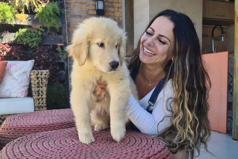 """Viviane Araújo posa com o cachorro de estimação e se derrete: """"Mãe de pet"""""""