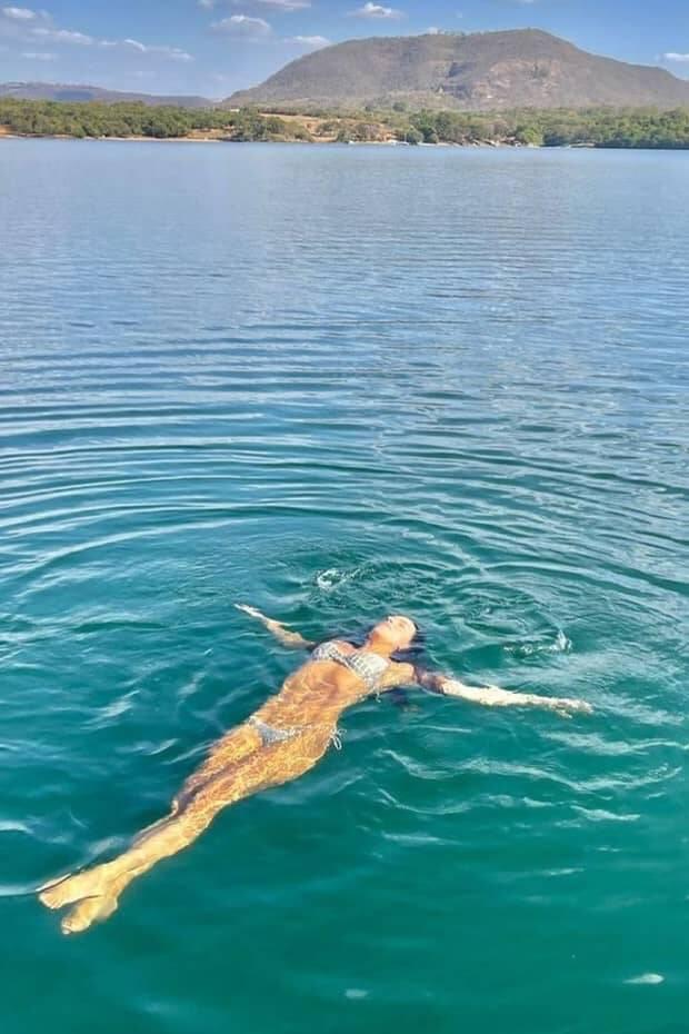 Mariana Rios posa flutuando em lago em cenário paradisíaco (Foto: Reprodução/Instagram)