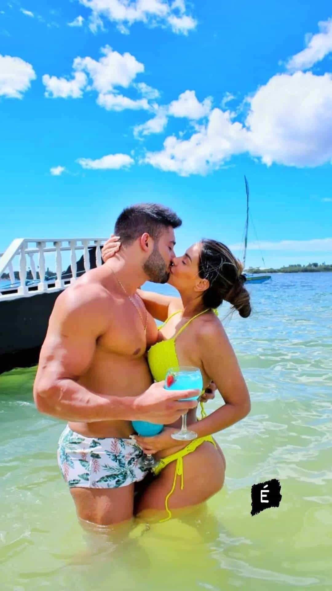 Ivy Moraes se declara ao namorado com cliques na praia: 'eu te amo' (Foto: Reprodução/Instagram)