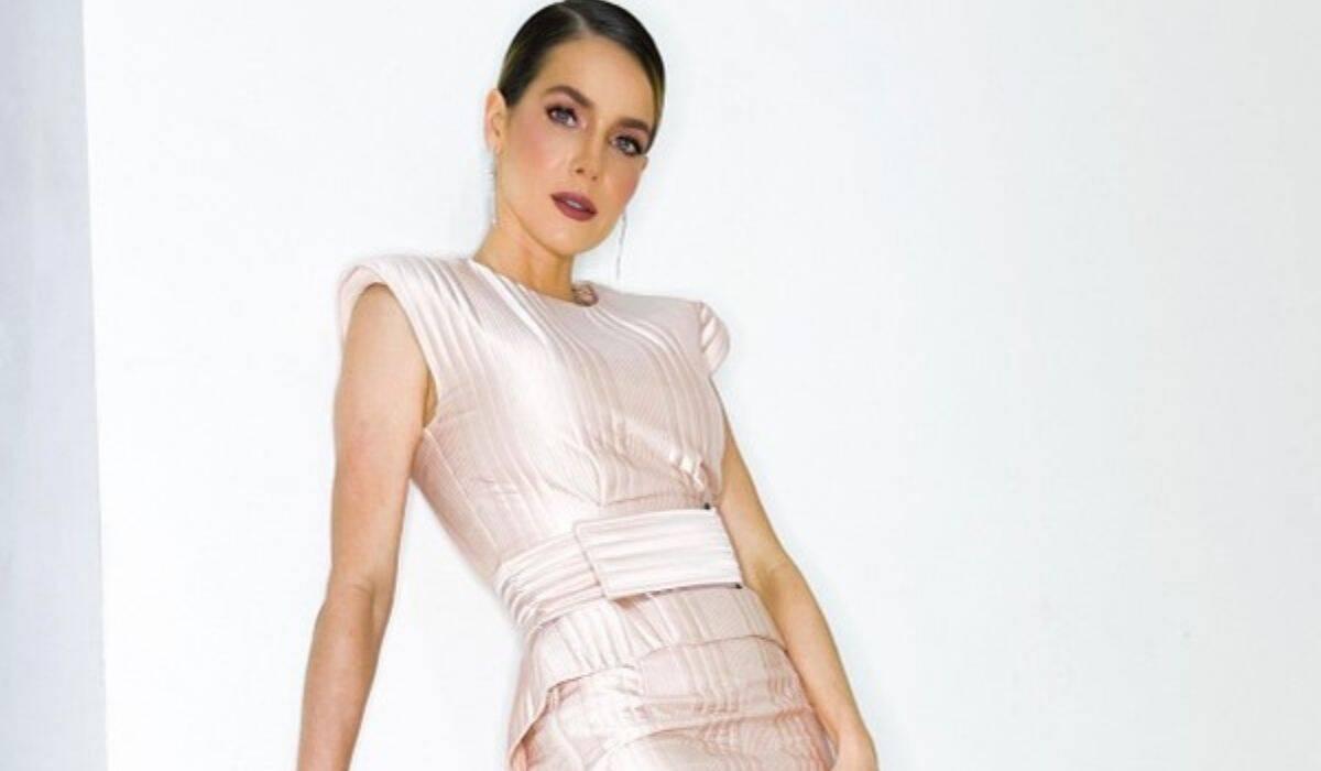 Monique Alfradique posa com look de grife para celebrar estreia de filme