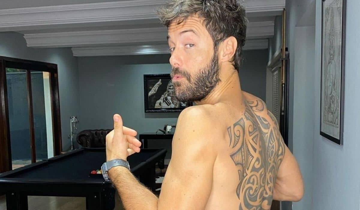 Kayky Brito posa sem camisa exibindo nova tatuagem nas costas