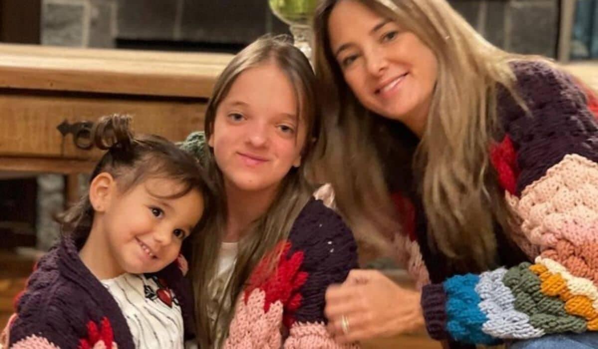 Ticiane Pinheiro posa com as filhas combinando roupa: 'metade de mim'