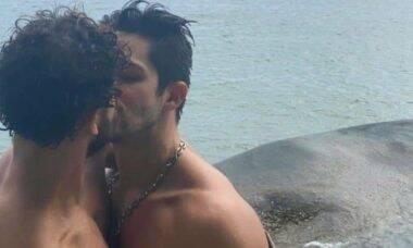Igor Cosso perde seguidores após clique beijando o namorado: 'normalizem o afeto'