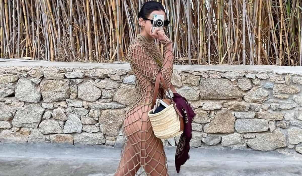 Bruna Marquezine posa com look de 'cordas' durante viagem à Grécia