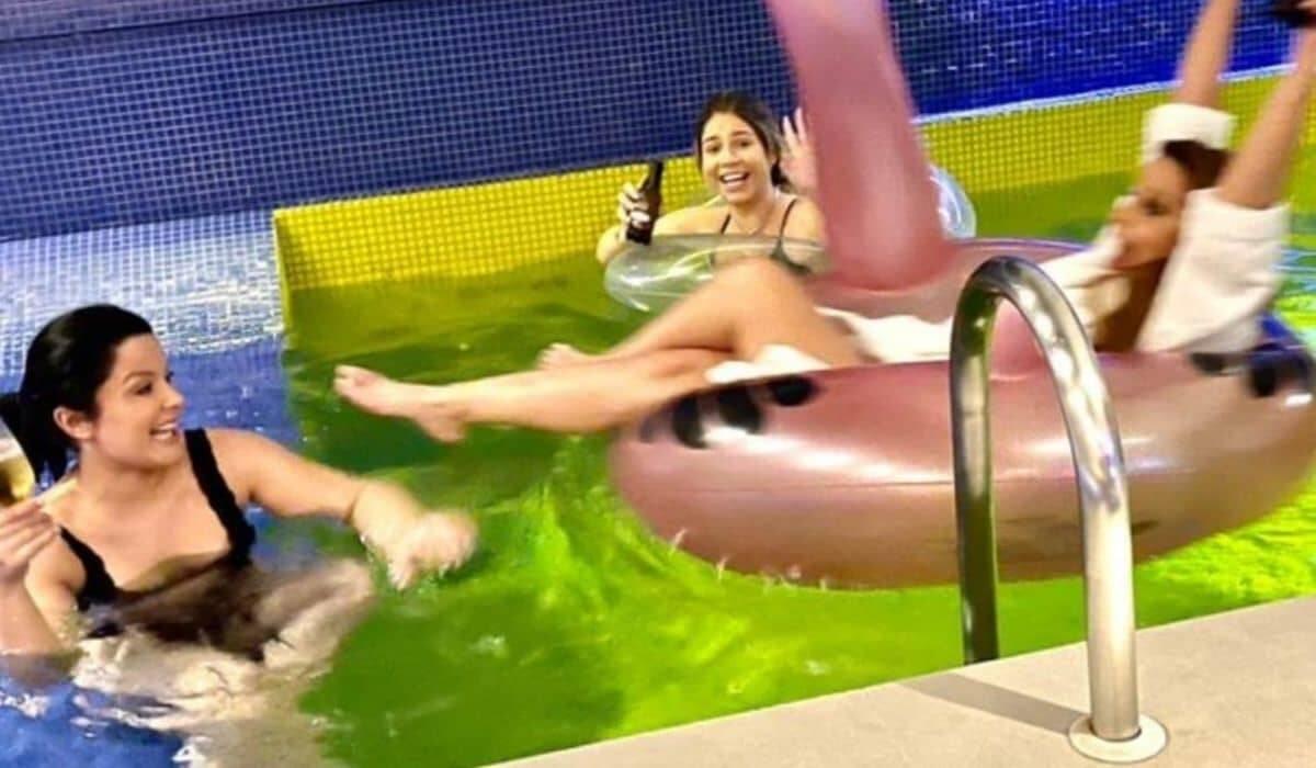 Marília Mendonça e Maiara e Maraisa curtem piscina de motel juntas